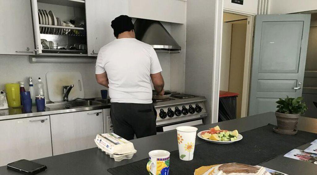 En man som lagar mat.