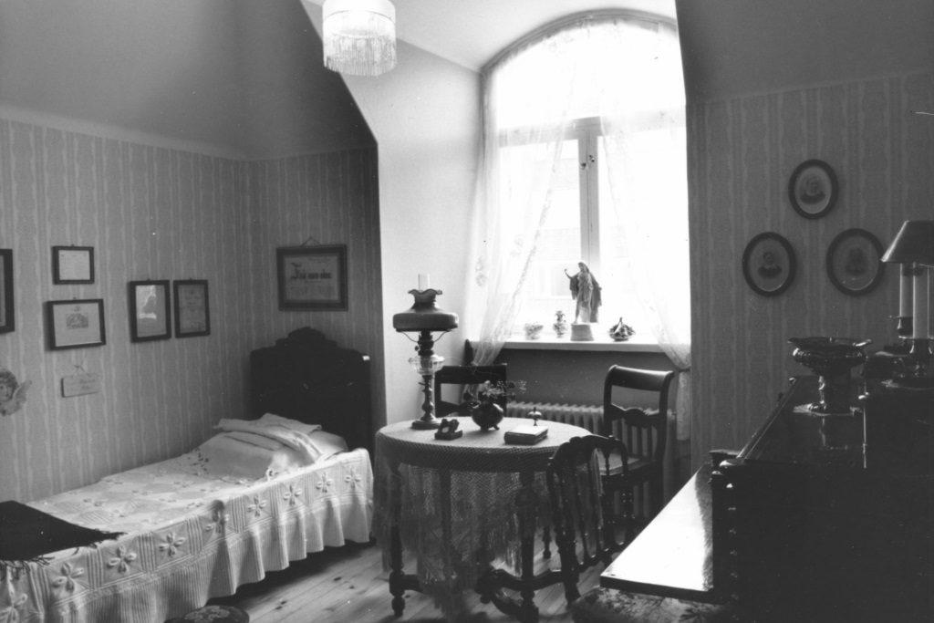 Makuuhuone, joka on kalustettu antiikkihuonekaluin.