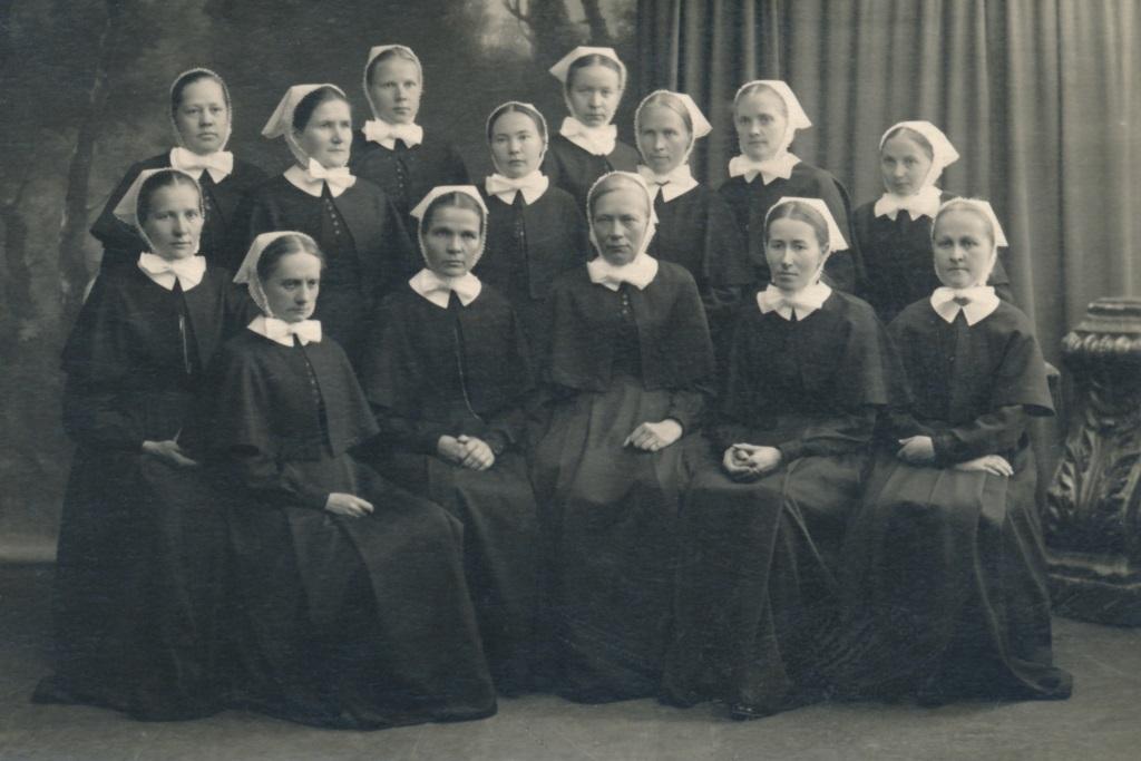 Ryhmäkuva, jossa diakonissan juhla-asuun pukeutuneita naisia.