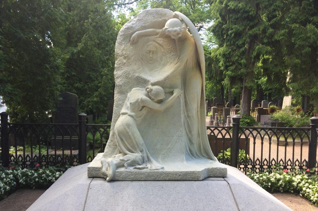 Aurora Kamzinin hautamuistomerkki Hietaniemen hautausmaalla.