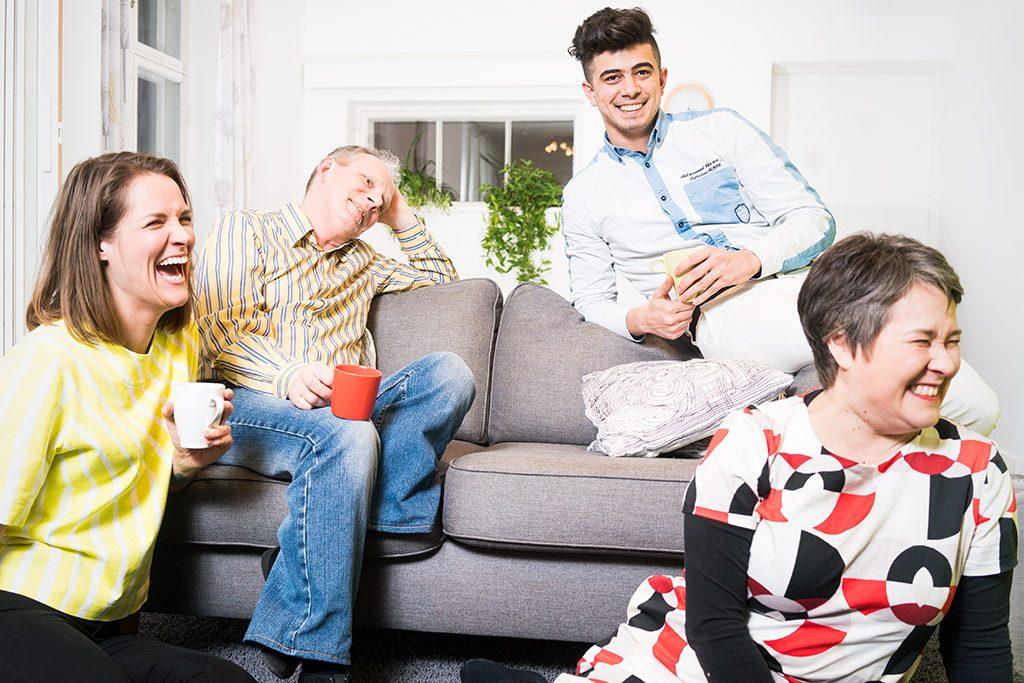 Fyra människor tillsammans på en soffa.
