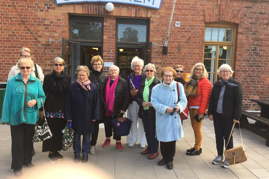 Museon vapaaehtoisten ryhmä kuvattu Dragsvikin varuskunnan kahvilan edessä.