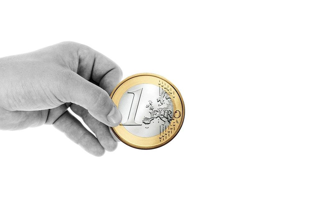 Euron kolikko kädessä. Ravintolakolmio tukee Vamosnuoria.