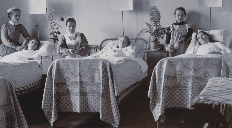 Tre patienter och två diakonissor.