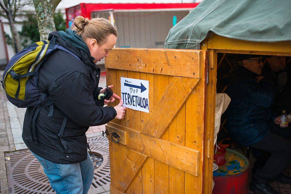Mies menossa sisään kansalaistoiminnan kokoontumispaikan, jurtan, ovesta Helsingin Kontulassa.