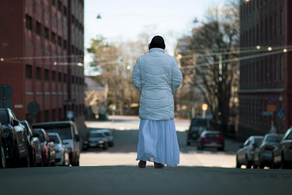 Discrikamira on hanke, joka kohdistuu romanisiirtolaisiin. Romanialainen romaninainen kävelee kadulla.