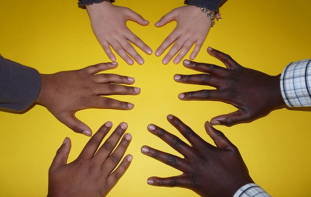 Vamos Vantaan Eteenpäin-hanke on koululaisten ja vanhempien tukena. Kuvassa kuuden ihmisen kämmenet.