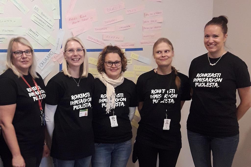 Viisi Yhdessä osallisuuteen -hankkeen valmentajaa Rovaniemellä. Vamos Rovaniemi tukee nuoria.