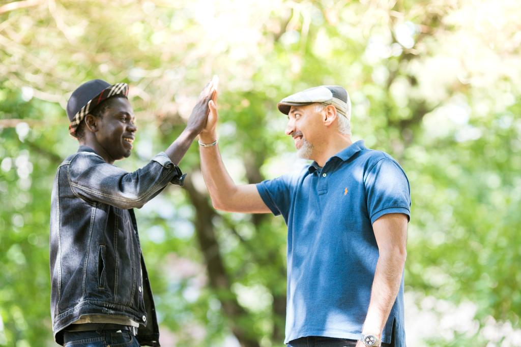 Maahanmuuttajataustainen vantaalainen nuori mies ja keski-ikäinen mies tervehtivät.