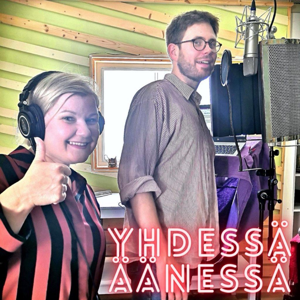 Saara Simonen ja Joonas Timonen äänitysstudiossa. Kuvassa on teksti Yhdessä äänessä.
