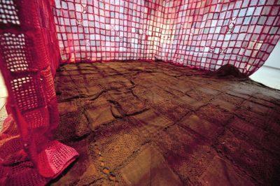 Agenda Art 2030 teossarjan yksi taideteos on tehty virkatuista paloista.