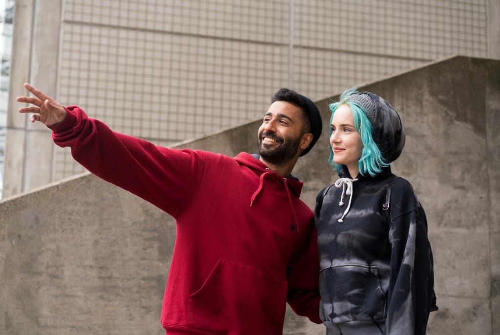 Nuoret katsovat kaukaisuuteen, toinen osoittaa sormellaan jotakin, joka on kuvan ulkoouolella