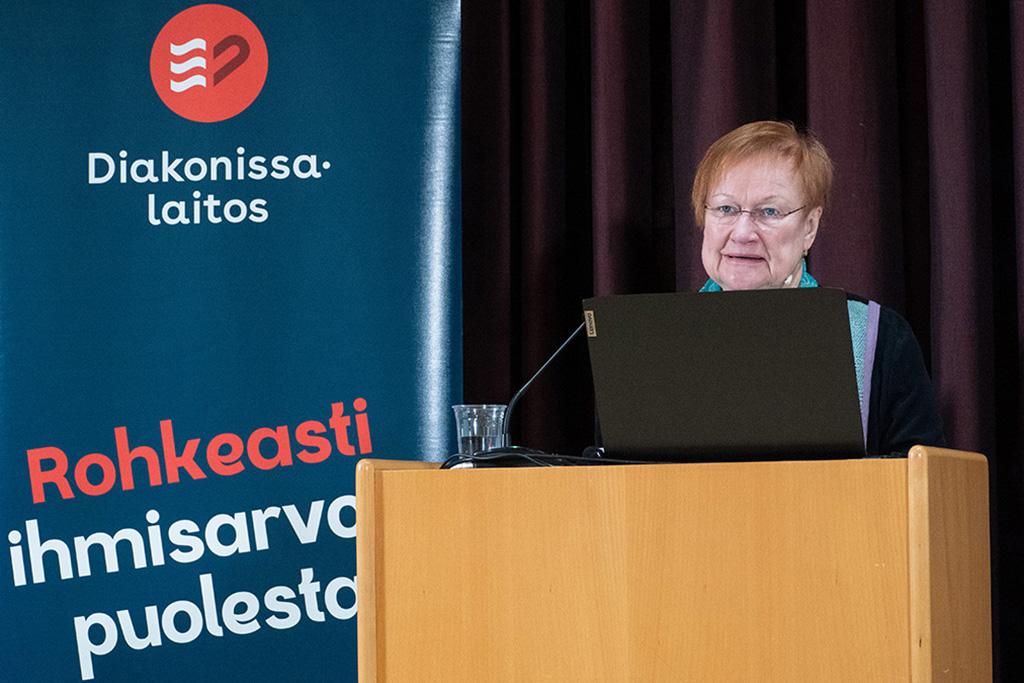 Presidentti Tarja Halonen puhumassa Diakonissalaitoksen seminaarissa.