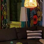Olohuone, jossa värikkäät verhot ja sohva.