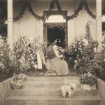 Aurora Karamzin istuu kukkien keskellä terassilla.