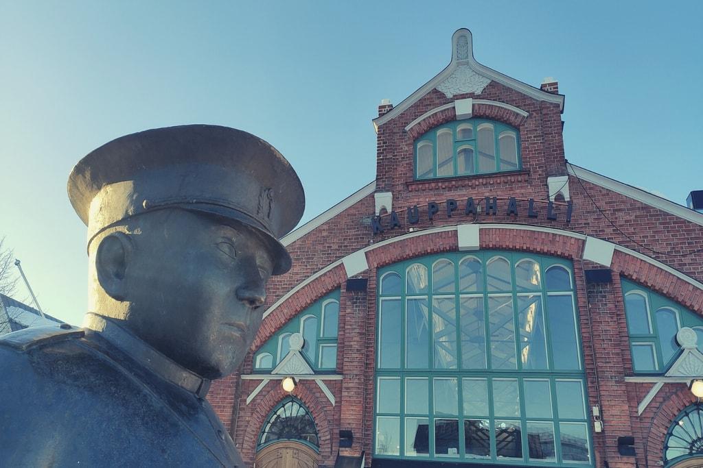 Toripoliisi-patsas Oulun kauppahallin ulkopuolella.