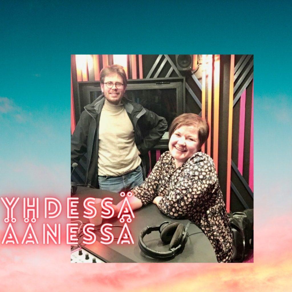 Nainen ja mies vierekkäin. Kuvassa on teksti Yhdessä äänessä. Se on Kanssalan podcast-sarja.