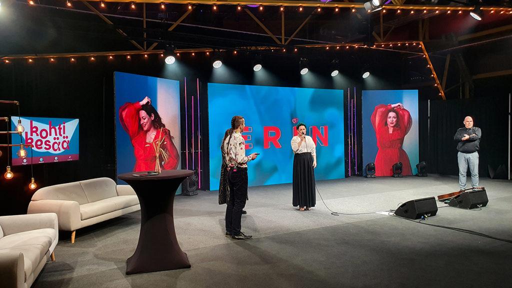 Kohti kesää konsertin juontajat haastattelevat esiintymislavalla Eriniä.