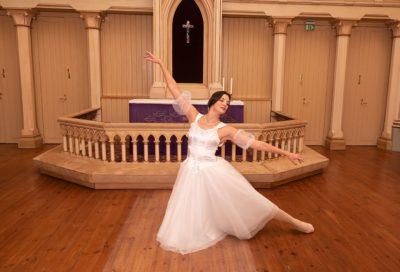 Balettitanssija Tuuli-Maaria Louhensalo-Lindström Diakonissalaitoksen kirkossa. Diakonissalaitoksen Ystävät voivat osallistua työpajaan.