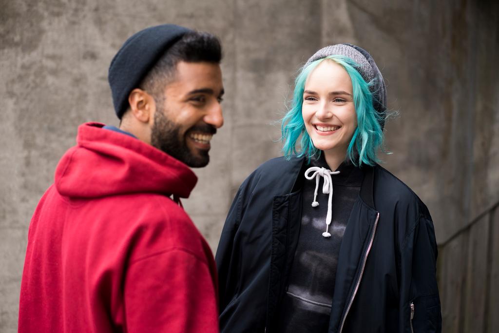 Kaksi henkilöä hymyilee toisilleen.