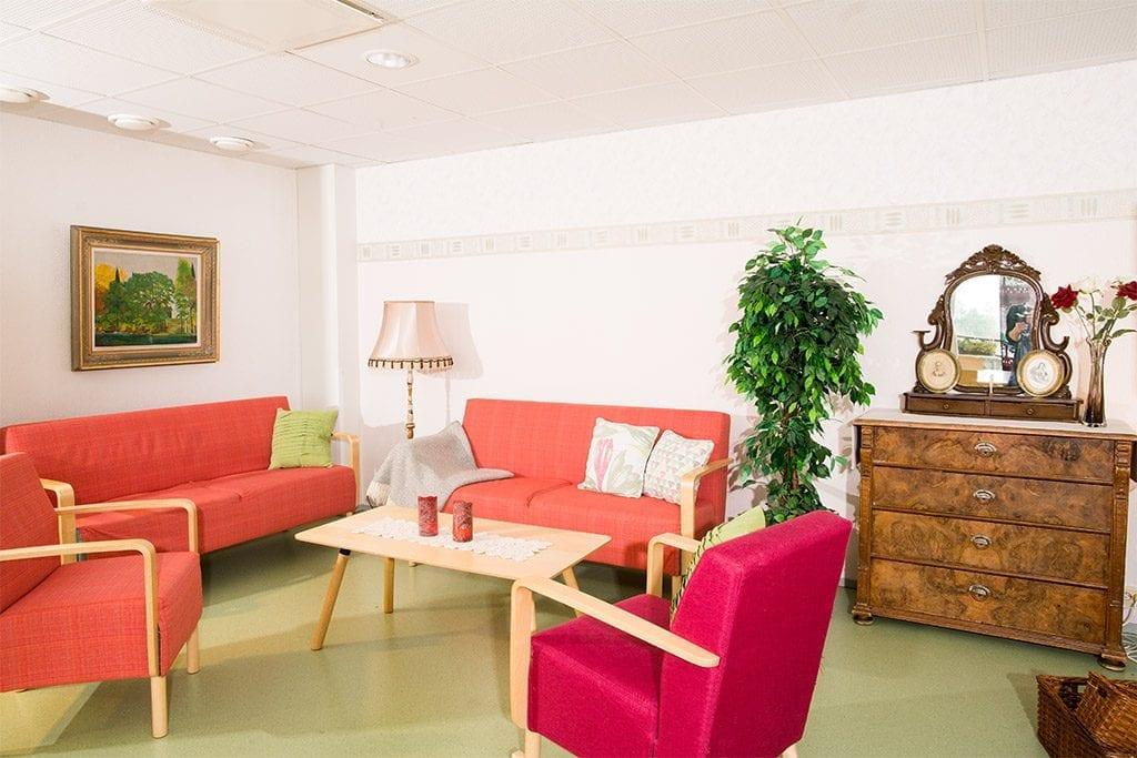 Olohuoneessa on sohva ja tuoleja.