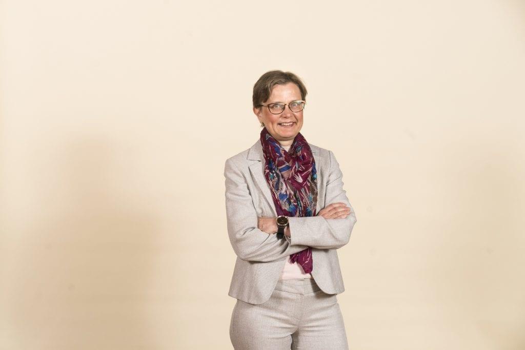 Liiketoimintajohtaja Ella Suojalehto seisoo hymyillen.