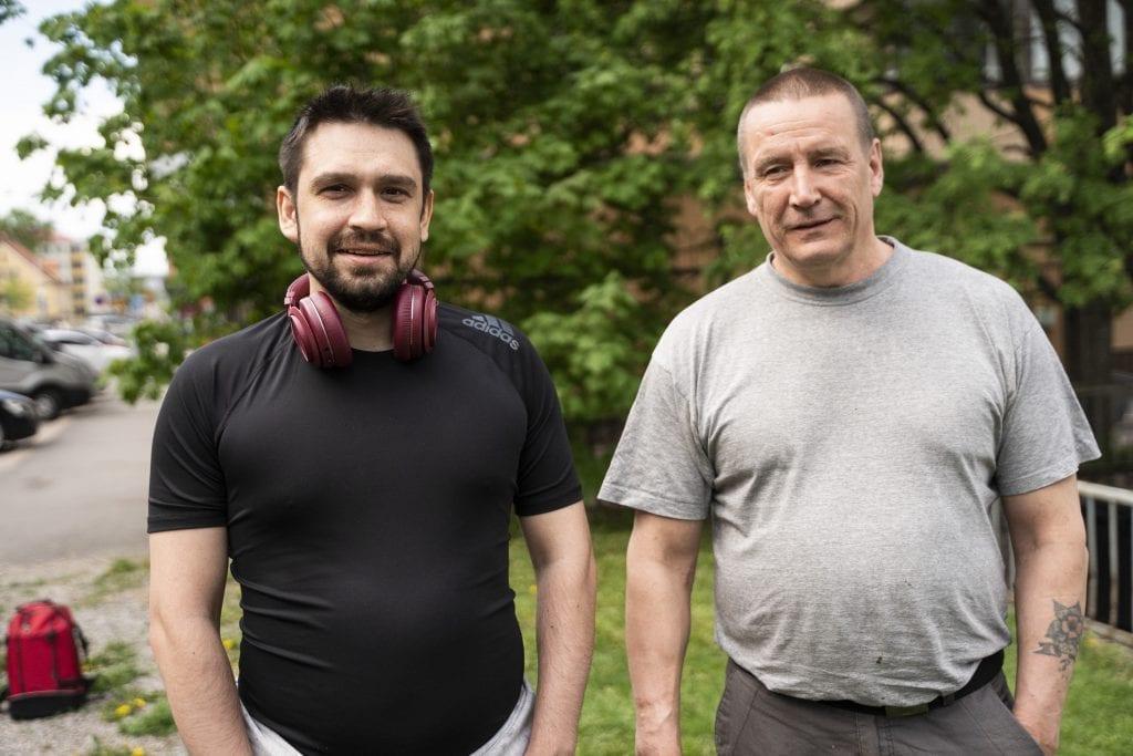 Kaksi miestä seisoo rinnakkain.