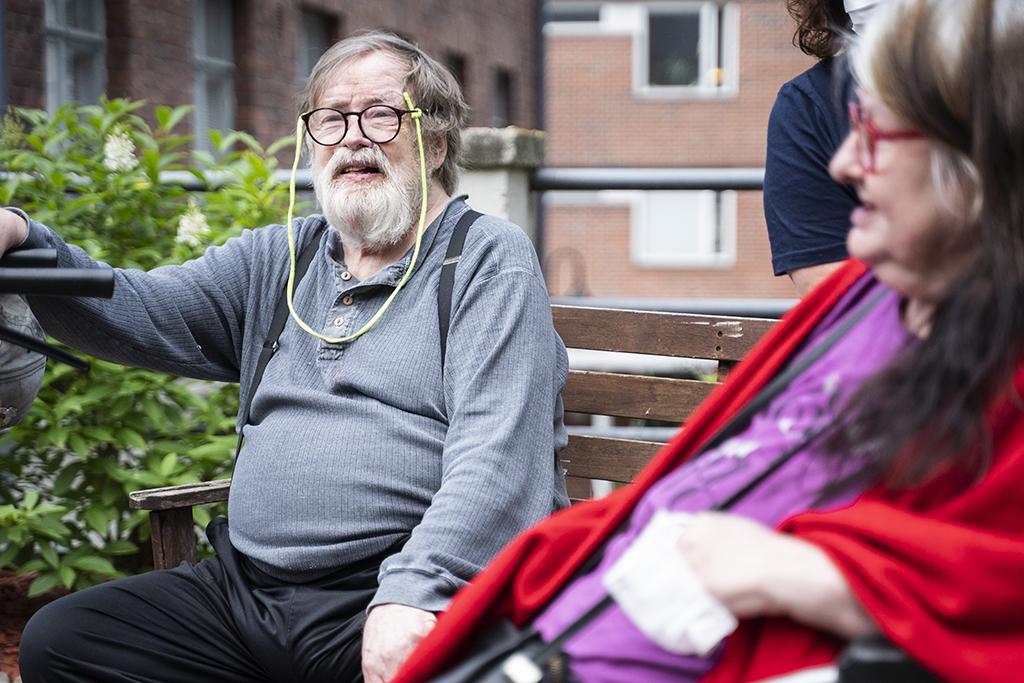 Kaksi hoivakodin asukasta istuvat pihalla.