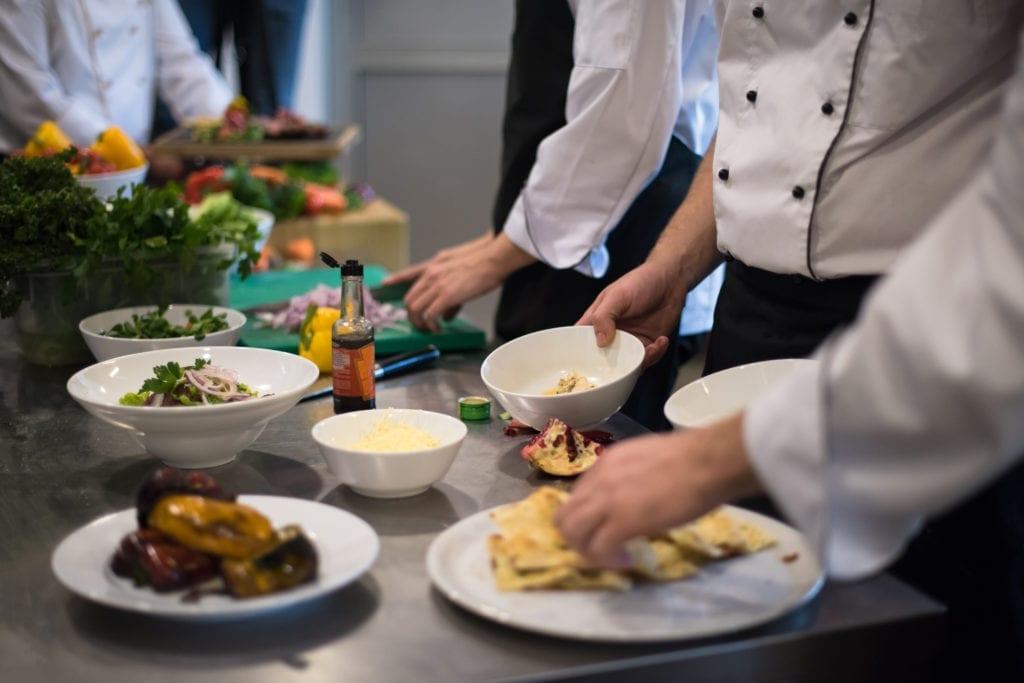Kokit laittavat ruokaa keittiössä