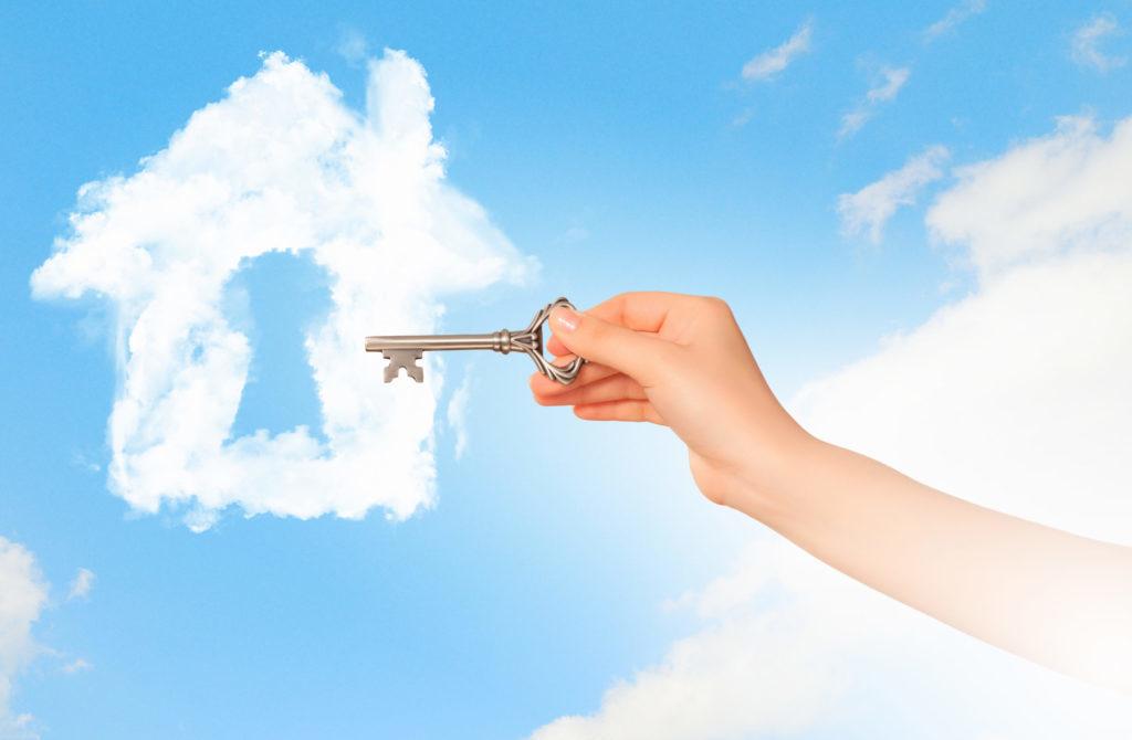 Pilvistä muodostuu talo, jossa avaimenreikä, johon kädessä oleva avain osuu.
