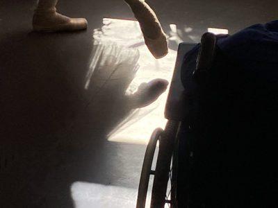 Balettitossut ja osa pyörätuolin pyörää.