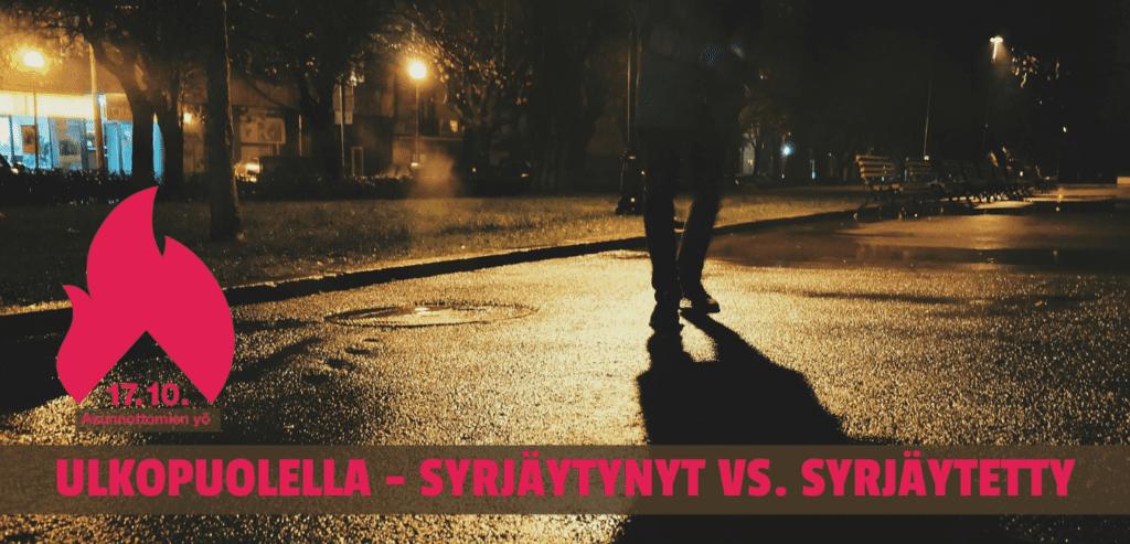 Henkilö kävelee yöllä kadulla, jalat näkyvät.
