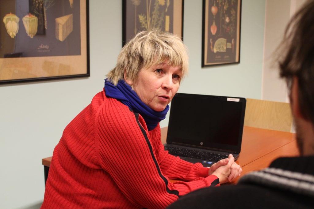Työhönvalmentaja Paula Koskelainen-Nordberg keskustelee asiakkaan kanssa.
