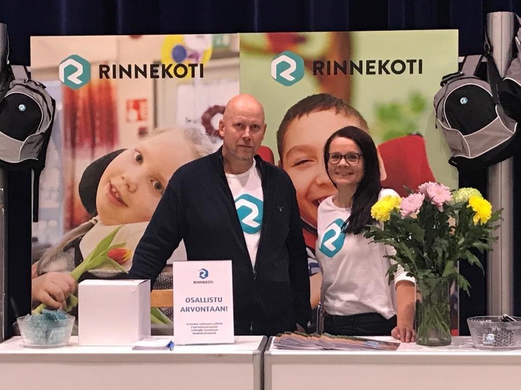 Lasten ja nuorten palveluiden johtaja Jarmo Lonkola ja asiakkuuspäällikkö Jaana Laaksonen Rinnekodin messuständillä
