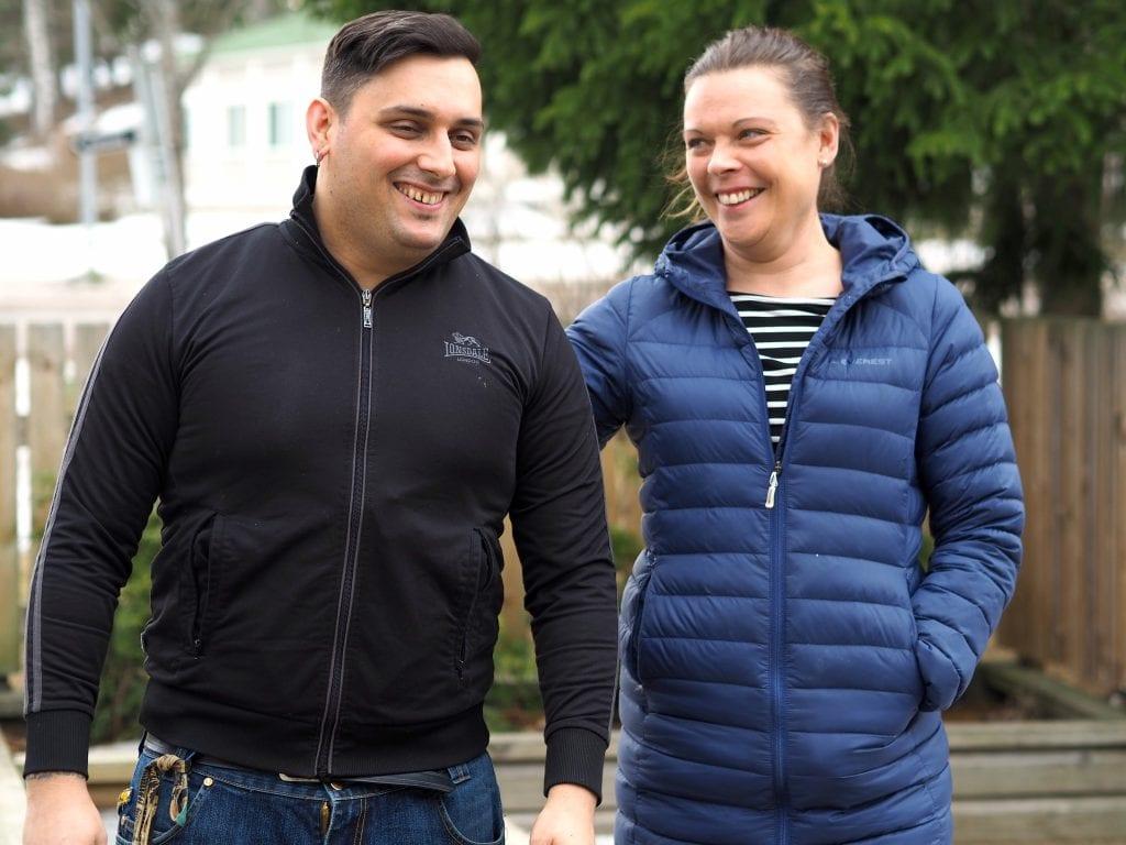Ohjaaja Ricardo ja Mira Paakko hymyilevät yhdessä ulkona