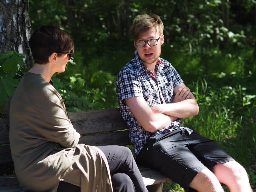 Minna ja Rudi keskustelevat puistonpenkillä istuen