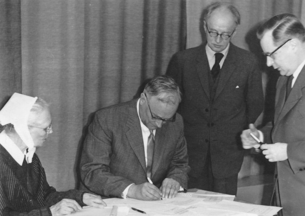 Rinnekodin ja Diakonissalaitoksen henkilöitä allekirjoittamassa Rinnekoti säätiön säädekirjaa.