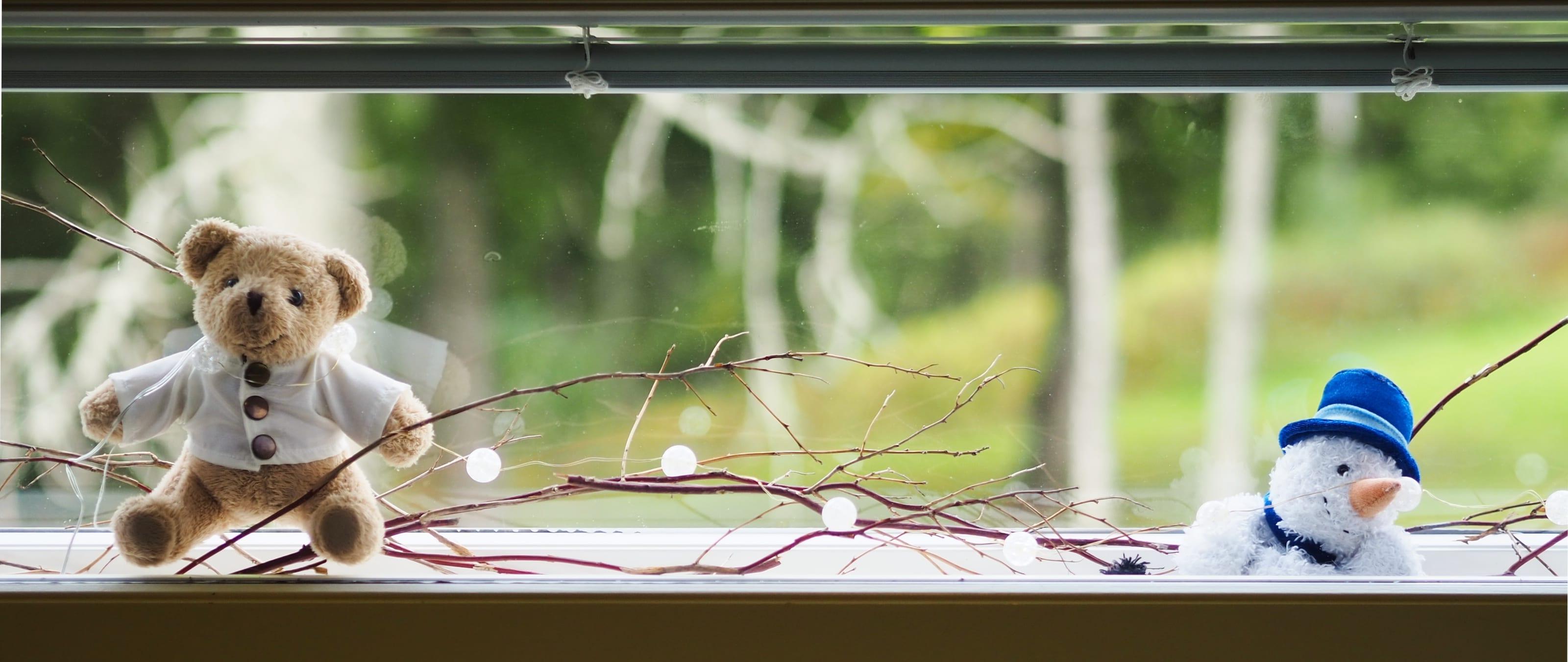 Koristeita ikkunanvälissä Majakassa