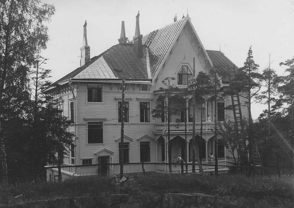 Puuhuvila, jossa Rinnekoti toimi kymmenen vuotta, historiallinen valokuva.