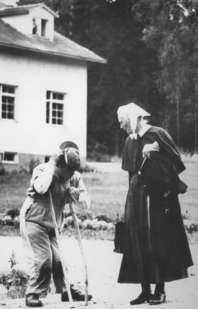Sisar Aino Miettinen juttelee tien varrella kehitysvammaisen miehen kanssa.