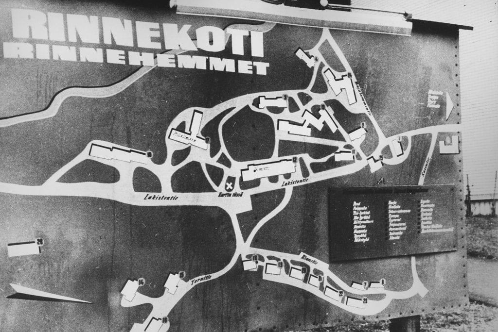 Vanha opaskartta Rinnekodin alueesta. Siinä on suurella teksti Rinnekoti Rinnehemmet.