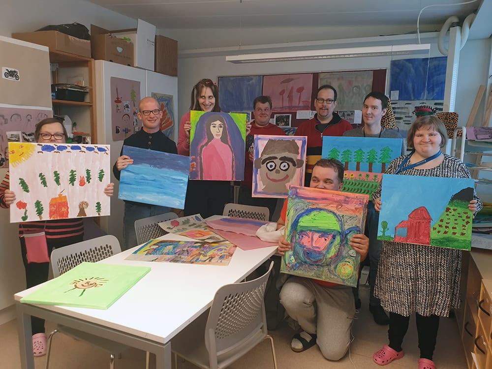Kornetin työhönvalmennuksen asiakkaita esittelee omia taideteoksiaan