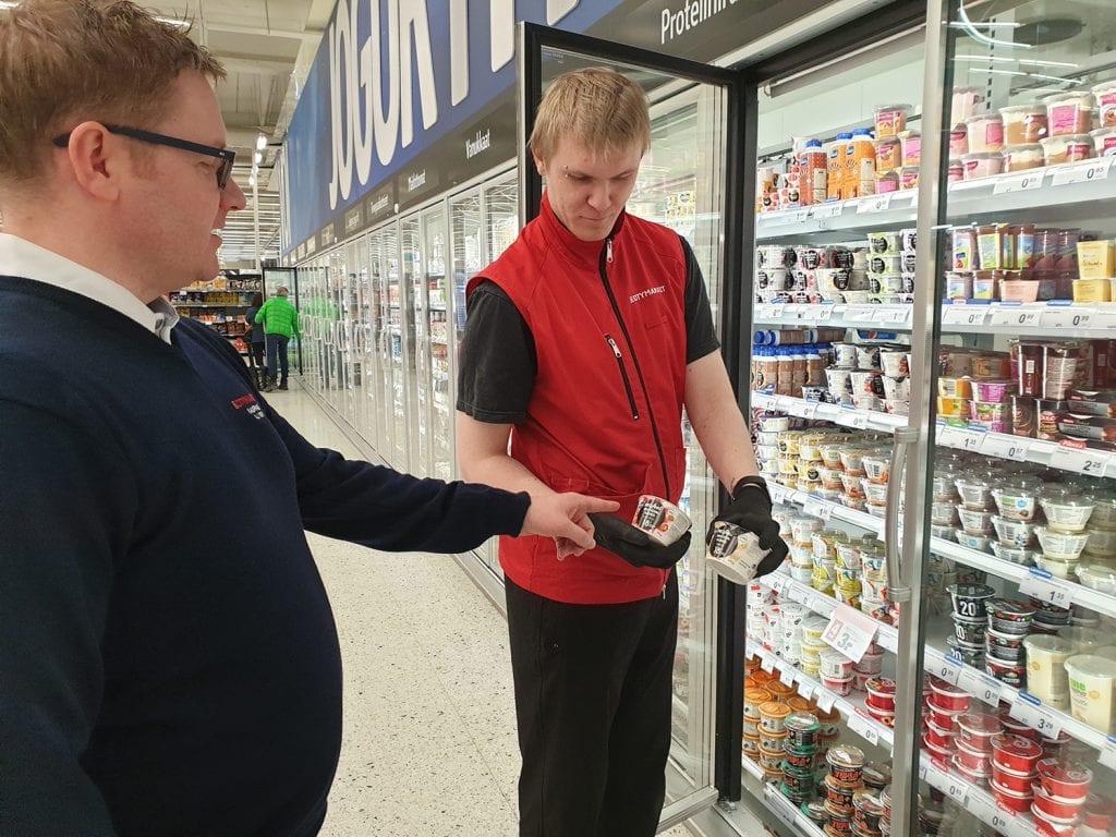 Antti-Jussi Kivi ja Tommi Joki tutkivat tuotteita maitohyllyn edessä