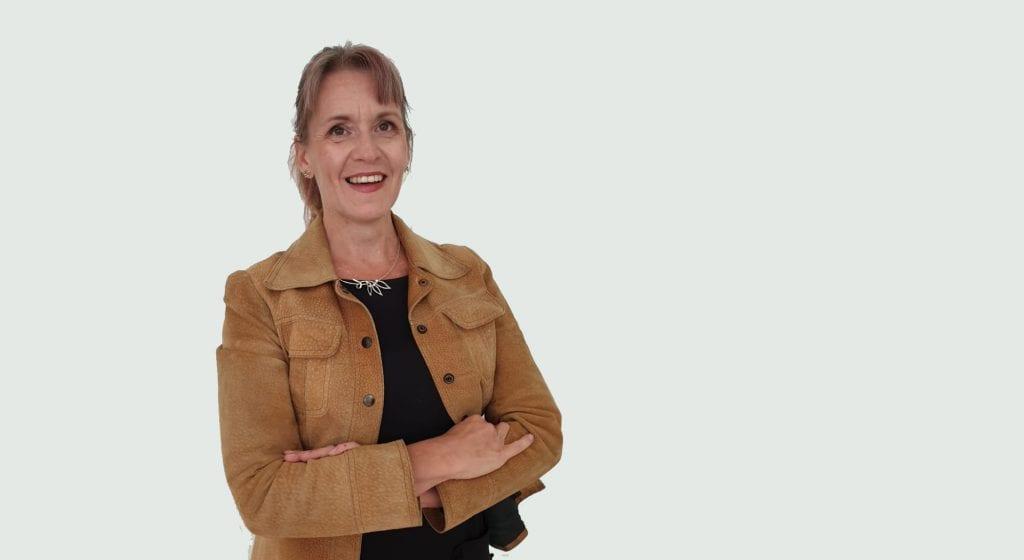 Leena Nissilä hymyilee henkilökuvassa.